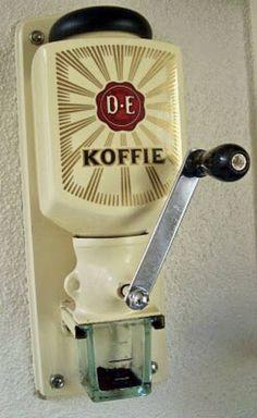 Coffee grinder - mum still has one :) Vintage Design, Retro Vintage, Vintage Stuff, Retro Design, Vintage Items, Sweet Memories, Childhood Memories, Good Old Times, Oldschool