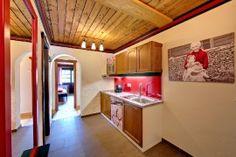 """95 Appartements bietet das Dorf Großwild. 6 davon vom Typ """"NockBerge"""" mit 35 m² für max. 4 Personen. 22 mal die """"NockNatur"""" mit 55 m² für max. 6 Personen – und ein """"NockLuxus"""" mit 70 m² für max. 7 Personen – Ferienumgebung vom Feinsten.    Die Küchen sind u.a. mit Mikrowelle, Espressomaschine und Geschirrspüler ausgestattet, frisch geschliffene Böden und Holzmöbel bieten Romantik zum Anfassen, und Flat TV sowie gratis WLAN bringen die weite Welt ins Ferienhaus (wenn Du das wirklich willst…)."""