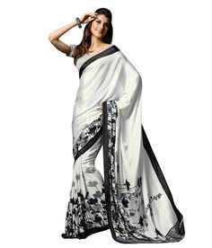 Black and White Colour Crepe Fabric Saree Comes With Matching Blouse. This Saree Is Crafted With Printed Work. This Is Casual Wear Light Weight Saree. The Blouse Which Can Be Stitched Up To Size Simple Sarees, Trendy Sarees, Stylish Sarees, Black And White Saree, Black Saree, Indian Dresses, Indian Outfits, Crepe Saree, Chiffon Saree