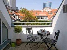 Une table et des chaises originales dans une petite terrasse