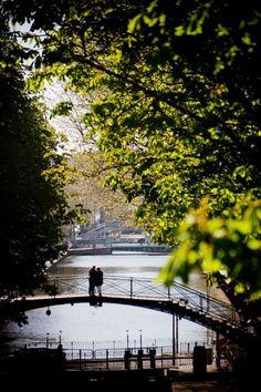 Paris est une Fête! — Paris, Canal St. Martin. http://mundodeviagens.com/ - Existem muitas maneiras de ver o Mundo. O Blog Mundo de Viagens recomenda... TODAS!