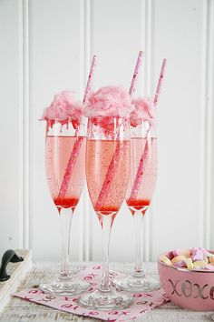 The perfect Valentine's Day party treat - Cotton Candy Cocktails. Perfect cocktail recipe for wedding showers, bridal showers, baby showers, and spring parties! day party Cotton Candy Cocktails for Valentine's Day Cotton Candy Cocktail, Cotton Candy Champagne, Champagne Cocktail, Cocktail Movie, Cotton Candy Drinks, Cocktail Sauce, Cocktail Shaker, Cotton Candy Party, Cotton Candy Wedding
