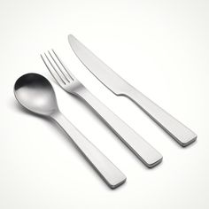 David Mellor's 'London' cutlery design. Its sculpted monobloc forms are great to hold. The satin polished heavyweight stainless steel gives a very luxurious feel. Designed in 2004, its characteristically Mellor and resolutely modern. #davidmellor #cutlery #davidmellordesign #modernist #flatware #moderndesign #britishdesign #tabletop #tableware #modernflatware