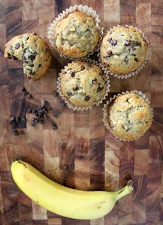 these look so yummy! one-bowl super easy & healthy banana muffins. Cheap Clean Eating, Clean Eating Snacks, Easy Healthy Banana Muffins, Banana Protein Muffins, Healthy Superbowl Snacks, Healthy Desserts, Healthy Eats, Healthy Recipes, Banana Chocolate Chip Muffins