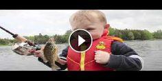 Bambino pesca il suo primo pesce!