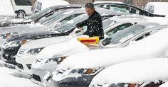 Carros ficam cobertos de neve em Muskegon, Michigan USA. Uma onda de frio derrubou as temperaturas no meio-oeste e norte do país.  Fotografia: Cory Morse/ The Muskegon Chronicle/AP.