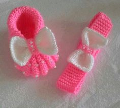 Rosa Stiefel und Stirnband - Knitting Models the to Always aspired to discover. Baby Booties Knitting Pattern, Knitted Booties, Crochet Baby Booties, Crochet Slippers, Baby Knitting Patterns, Knitting Socks, Baby Slippers, Hand Knitting, Knit Crochet