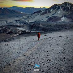 Venha desafiar-se O pouco conhecido Ojos del Salado (6898m) é de fato o vulcão mais alto do mundo e está localizado na fronteira entre o Chile e Argentina. É também a segunda maior montanha do continente perdendo por 64 metros do Aconcágua. Esta é uma oportunidade fantástica para testar seu corpo em altitudes extremas sem ter que caminhar tanto como outras montanhas. Nesta expedição estaremos fazendo as aproximações em veículo 44 até os 5200 metros de altitude!  Data: 09/03/2017  22/03/2016…