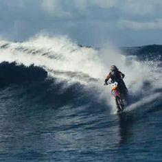 "Surf en moto. Motosurf. DC presenta ""Pipe Dream"" de Robbie ""Maddo"" Maddison's.  #surf #surfing #moto #motocicleta #motosurf #waverunner #wave #oceano #mar #watersports #surferosclub @surferos.club"