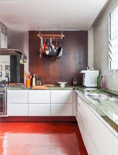 25-decoracao-apartamento-cozinha-integrada-bancada-pedra-verde