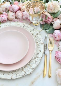 3 ideas on a dime Romantic inspired place settings is part of Elegant table settings - Inspired and romantic living, entertaining, traveling and decorating in a French Country Cottage in the California countryside Elegant Table Settings, Beautiful Table Settings, Wedding Table Settings, Place Settings, Pink Table, Gold Table, French Country Cottage, Modern Cottage, Kitchen Gadgets