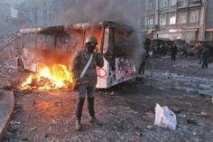 La crise politique majeure qui secoue l'Ukraine depuis deux mois s'est transformée, dimanche 19 janvier, en affrontement ouvert au cœur de Kiev.  Un bus de la police ukrainienne incendiée par les manifestants, lundi 20 janvier à Kiev.