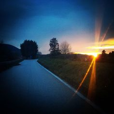 Il #rosso e il #blu - #red and #blue  #sky #skyporn #sunset #contrasto #road #picoftheday #tramonto #travel #tuscany