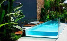 Les piscines hors-sol font leur grand retour. Esthétiques et design, elles n'ont plus rien à envier aux piscines en sol. Retrouvez 8 piscines hors sol et 8 façons de les inviter dans nos jardins.