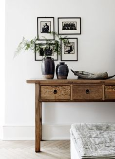 LEI LIVING: Naturlig og lys bolig...  Love the way the pictures are hanging