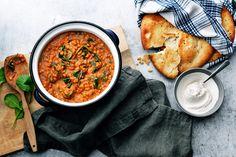 Lämmittävän itialaisen linssipadan resepti, jonka maustamisessa on käytetty Garlic Paste ja Ginger Paste maustetahnoja. Vegan Vegetarian, Vegetarian Recipes, Norwegian Food, Norwegian Recipes, Santa Maria, Vegan Main Dishes, Naan, Deli, Soup