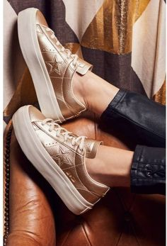 A super-chunky platform bumper sole and shimmery-metallic finish upgrade the look of this iconic sneaker from simple and sporty to all-out chic. High Heel Sneakers, Gold Sneakers, New Sneakers, Classic Sneakers, Sneakers Fashion, Fashion Shoes, Leather Fashion, Converse Gold, Converse One Star