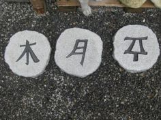 Stapstenen, Chinese tekens, Geloof-Hoop-Liefde Chinese stepstones, with the signs for faith, hope and love