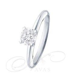 El solitario Modelo TINA es un precioso diseño de anillo de diamantes, con un estilo muy actual y sencillo. En esta joya, el diamante resalta, con gran brillo y belleza, en una montura de oro de Primera Ley. Es un solitario perfecto para el uso cotidiano, así como una opción muy adecuada si buscamos un anillo de compromiso elegante y sencillo, de gran calidad, y al mejor precio.