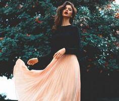Une femme porte la couleur tendance de 2016, le rose quartz