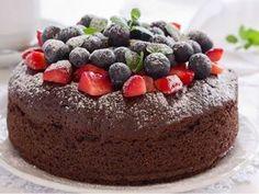 Čokoládový dort s lesním ovocem.
