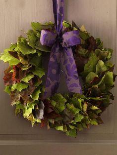 Einfach abgefallene Blätter auf einen Draht auffädeln und zum Kranz biegen, mit Schleife versehen!
