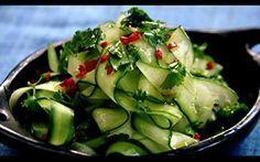 Receita de salada tailandesa de pepino com molho de gengibre - Receitas - Receitas GNT Ingredientes 1 pedaço pequeno de gengibre 1 limão 1/2 pimenta chilli vermelha 1 colher (café) de óleo de gergelim 2 colheres (sopa) de azeite extravirgem 1 colher (sopa) de molho shoyu 1 pepino 1 punhado de coentro