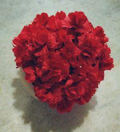 Gorro confeccionado em crochê em fio antialérgico  Detalhes flores de cetim aplicadas no gorro todo  Cor vermelho ( pode ser feito em outras cores  Tamanhos RN/ 1 a 3/ 3 a 6/6 a 9 meses