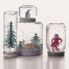 """Bocal """"boule à neige"""" Un bocal, des figurines en plastiques (rayon jouet), de la colle, de l'eau et bien sûr… de la neige (que vous trouverez au rayon des loisirs créatifs). Idéale en décoration de table pour le Réveillon."""