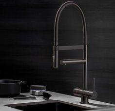 Een kokendwaterkraan is tegenwoordig niet meer weg te denken uit de moderne keuken. Maar de Selsiuz is méér dan alleen een functionele kokendwaterkraan. Met zijn prachtige design en stijlvolle kleuren is de kraan op zijn plaats in elke keukeninterieur. #kitchen #selsiuz #kitchenproducts #kitchendesign #kokendwaterkraan #tap #hotwater #titanium #gunmetal #interior #interiordesign #interiorlover #interiorblogger #leemwonen #blogazine