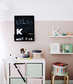 Pinte o armário de parede para criança de preto para que possam escrever