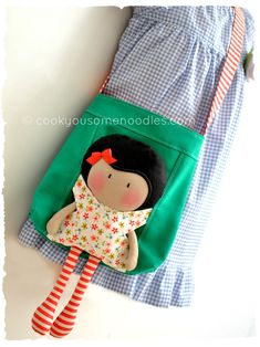 Cute idea for a little girl's tote. Could make a matching doll to play with and carry inside. Fabric Crafts, Sewing Crafts, Sewing Projects, Tiny Dolls, Soft Dolls, Sewing Dolls, Kids Bags, Fabric Dolls, Sewing For Kids