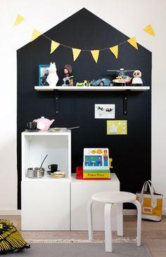 Mal et 'hus' på væggen ved legekøkkenet. Evt med et vindue i.