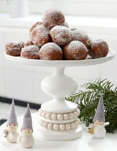 Aarikka's bubbly, round shapes are echoed in important kitchen supplies and tableware. Nordic Kitchen, Scandinavian Kitchen, Scandinavian Christmas, Wooden Phone Holder, Interior Design Colleges, Interior Plants, Kitchen Supplies, Nordic Design, Marimekko