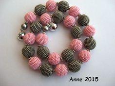 Kugelkette mit Häkelkugeln in rosa und grau