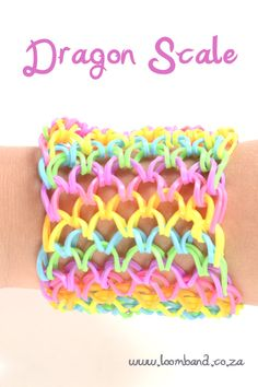 How to make a Dragon Scale Rainbow Loom band bracelet Rainbow Loom Tutorials, Rainbow Loom Patterns, Rainbow Loom Creations, Rainbow Loom Bands, Rainbow Loom Charms, Rainbow Loom Bracelets, Rainbow Loom Characters, Kumihimo Bracelet, Loom Band Bracelets