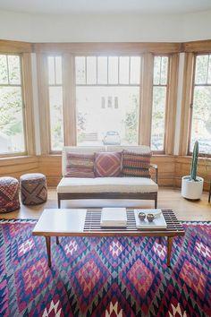 tapis coloré chambre clair coussins