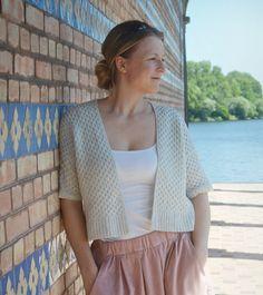 Strick-Kit für diese Jacke im Kimono-Stil aus dem Lamana Magazin Nr. 6 (2016/2017). Größe:S (M/L), Foto Größe S Material:Lamana Milano (90% Merino Superfine, 10% Kaschmir), hier die Farbe Marmor 57M Werkzeuge (nicht im Kit enthalten): Stricknadeln 2,5 mm und 3 mm, 2 Spielstricknadeln 3 mm, 1 Zopfnadel, 1 Wollnadel Schwierigkeitsgrad: B