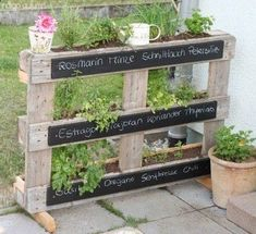 Green garden ideas - urban gardening is all the rage!- Grüne Garten-Ideen – Urban Gardening liegt voll im Trend! DIY garden idea easy with a pallet for plants *** DIY garden idea for organizing plants with a pallet - Herb Garden Pallet, Diy Herb Garden, Pallets Garden, Garden Beds, Wood Pallets, Spice Garden, Pallet Gardening, Pallet Planters, Green Garden