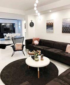 Koyu ve açık renklerin şahane mobilya ve aksesuarlarını öne çıkaran dengesi çağdaş stilde dekoru ile @style.your_home evi evgezmesi.comda! (Profilimizdeki linke tık) #evgezmesicom #evgezmesi #livingroomdecor #salondekorasyon #evdekorasyonu #evdekorasyon