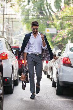 Look do dia com blazer nos ombros, camisa branca e calça cinza. Street style