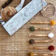 La route des épices...Quand on dit « épices », nous viennent à l'esprit les pays d'Asie n'est ce pas ? Elles sont multicolores, parfumées à prendre le nez, elles piquent, font éternuer, adoucies, sucres ou sales, un vrai festival haut en couleurs; elles riment avec le soleil, le climat tropical, les repas conviviaux et nous font voyager... Apparut il y a des décennies elles sont souvent reconnues pour rehausser nos plats, pour créer des colorants naturels, mais aussi pour soigner... Colorants, Dit, Bobby Pins, Hair Accessories, Spirit, Sun, Meal, Colors, Hairpin
