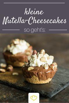 Diese kleinen Nutella-Cheesecakes müsst ihr probieren! Unten Keksboden, darauf Nutella-Frischkäsecreme und on Top ein Sahnhäubchen und geröstete Haselnüsse! Das Beste: Der Kühlschrank erledigt die meiste Arbeit, der Ofen darf aus bleiben!