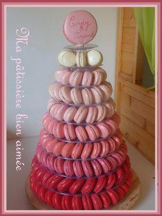 Pièce montée de macarons en dégradé de rose http://mapatissierebienaimee.over-blog.com/2014/06/pyramide-de-macarons-degrade-de-rose.html
