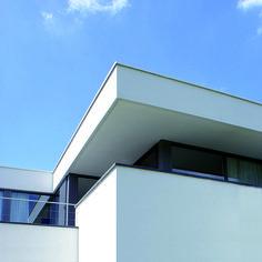House: balcony, aluminum frames, white stucco. Woning: balkon,aluminium kozijnen, wit stucwerk.