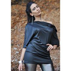 Sukienka- tunika z odsłoniętym ramieniem z lycry o wytłoczonym nadruku węża. Do zamówienia w dowolnym rozmiarze w butiku Łatka fashion.
