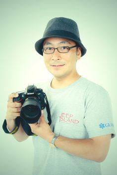 ゲスト◇大塚敬宣(Takanobu Otsuka)東京都出身のフォトグラファー。大学卒業後に一般企業に勤めるも、写真への道を志し、カメラアシスタントやスペイン留学を経て独立。2004年よりフリー。ジープ島へは2012年に初めて訪れて以来、ライフワークとして毎年通っている。個展・・・「ANDALUZ -愛すべき人たち-」「水郷界隈」「7月のある日のアンダルシア」「Heavenly Blue - JEEP ISLAND -」他、グループ展 多数。
