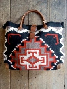Tribal tote inspiration for crochet pattern My Bags, Purses And Bags, Diy Sac, Little Presents, Carpet Bag, Mode Inspiration, Mode Style, Beautiful Bags, Creations