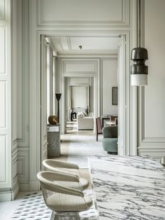 a majestic space in Paris, Joseph Dirand let his imagination run wild, without parameters (not even livability).In a majestic space in Paris, Joseph Dirand let his imagination run wild, without parameters (not even livability). Classic Interior, French Interior, Brown Interior, Nordic Interior, Interior Trim, Minimalist Interior, Interior Doors, Bathroom Interior, Modern Minimalist