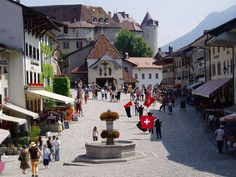 Gruyere, Suiza - had a yummy fondue and raclette in this square